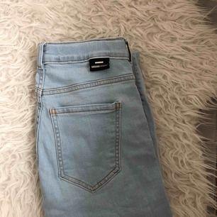 Ett par ljusblåa Lexy - skinny fit jeans från Dr.Denim i väldigt bra skick! Priset kan diskuteras lite så hör av dig :) Köparen står för frakten 🥰