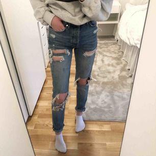 Mom ripped jeans från bikbok som, vad jag vet, har slutat säljas Använda 5-10 gånger