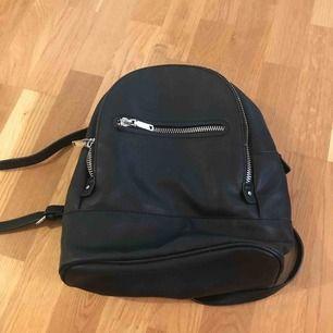 Svart, liten ryggsäck