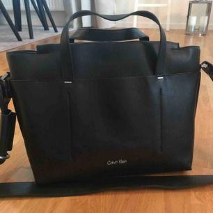 Svart Calvin Klein väska, använd endast några gånger. Bra skick!