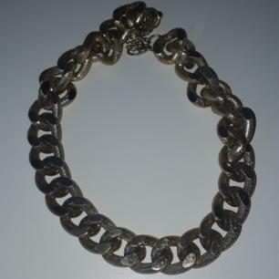 Säljer ett guldhalsband (fake), perfekt till att piffa till en outfit eller till fest.  Fraktkostnad tillkommer vid frakt. Väger 81g vilket är att frakt på 20 kr. Finns på Teleborg i Växjö, kan mötas i Växjö.