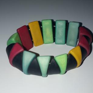 Säljer ett färgglatt armband, använd få gånger,  Fraktkostnad tillkommer vid frakt. Väger 48g vilket är frakt på 10 kr. Finns på Teleborg i Växjö, kan mötas i Växjö.
