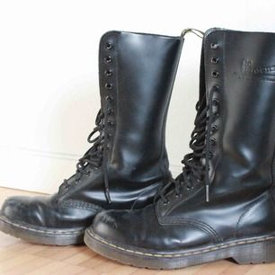 Säljer ett par svarta, höga Dr Martens i äkta läder. Lite slitna längst fram, annars i bra skick. Ser annars väldigt nya och fräscha ut. Bekväma och coola.