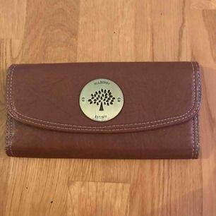 Brun/beige Mulberry plånbok. Slitningar finns.