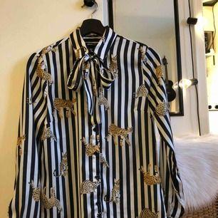 Sjukt skön skjorta, man kan köra med eller utan snöret runt kragen. Kan mötas i Norrköping eller skicka på post, köpare står för frakt🌻