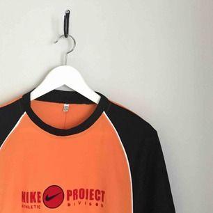 retro funktions t-shirt från nike. storlek XL men passar S-L beroende på hur man vill att den sitter. sparsamt använd. kan mötas upp i göteborg eller frakta (isf står köparen för frakten). fler bilder kan ges på efterfrågan.