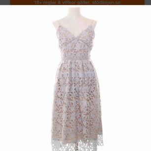Auf der Suche nach diesem Kleid von Gina Tricot in weiß geklebt, vorzugsweise Größe S, aber M kann auch funktionieren !!
