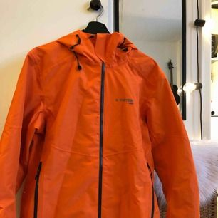 En helt oanvänd Herr Everest jacka i snygg orange! Nypris ligger jackan på 1000kr. Kan mötas upp i Norrköping eller postas, köpare står för frakt🌼