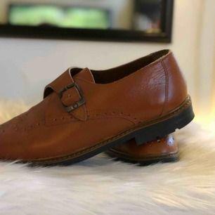 Snygga detaljerade skor, från Portugal.  Kan mötas upp i Norrköping eller postas, köpare står för frakt