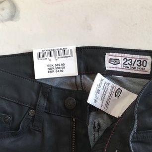 ALDRIG ANVÄNDA. Alla lappar sitter kvar. Mattsvarta jeans från crocker. Högmidjade. Nypris: 599kr Säljes av mig för 300kr inklusive frakt