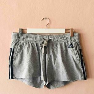 Sparsamt använda mjukis-shorts från Adidas
