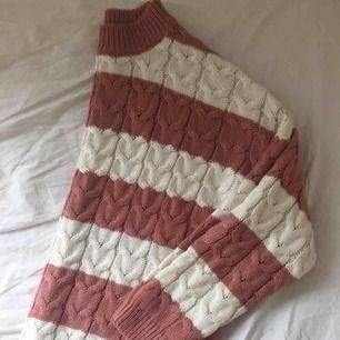 Ganska varm stickad tröja Mjuk och inte alls sticksig! Passar både strl s och m