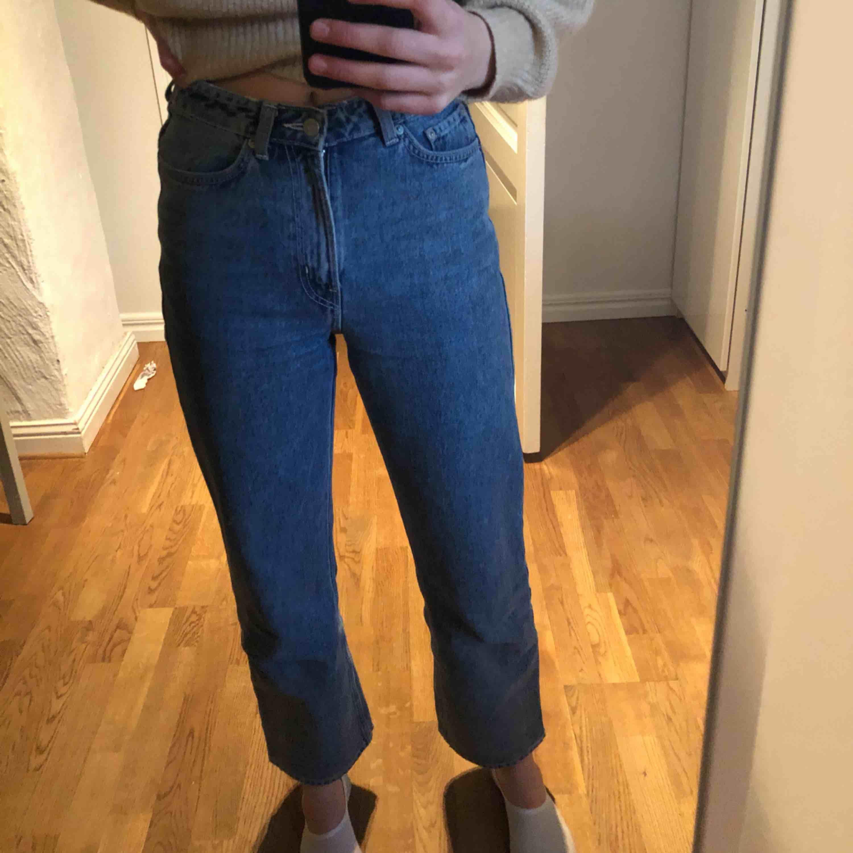 Skit coola jeans från Weekday som aldrig kommer till användning för är lite korta på mig tyvärr! Frakt betalar du om det behövs👍🏼 modellen Row färgen sky blue. Jeans & Byxor.