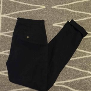 Svarta chinos från H&M med snygg passform. Ligger bara i garderoben och dammar. Köparen står för frakten🦋