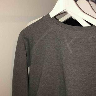 Skit fin tröja från ginatricot men som är för kort i ärmarna på mig tyvärr! Helt vanligt mörkgrå:) frakt betalar du men kan även mötas upp👍🏼