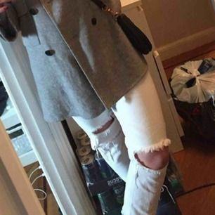 Vita håliga jeans från HM. Nypris 499 kronor. Passar dig med storlek Small. Köparen står för frakten!