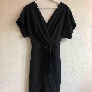 Classy och snygg svart klänning som bara använts en gång! Sitter lite lösare upptill och tightare nedtill!✨