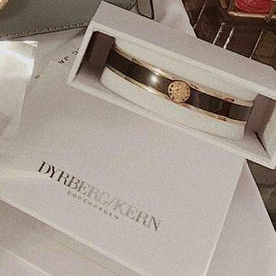 Superfint armband från DYRBERG/KERN. Armbandet är helt nytt och aldrig använt! Ord pris 699kr. Säljer för 550kr - Svart/gul - Bly och nickelfri Omkrets: 165 cm