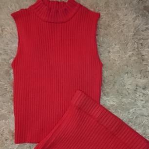 Superfint slim fit neonfärgat set. Toppen är croppad och kjolen är högmidjad. Det blir ett litet mellanrum vid magen när man har på sig det.