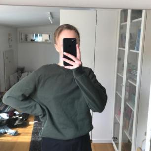 Grön sweatshirt/ collegetröja, endast testad. Nypris 199kr.