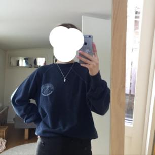 En blå sweatshirt/collegetröja, passar xs