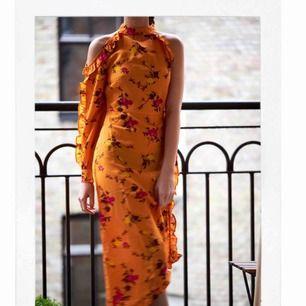 HELT NY KLÄNNING FRÅN NA-KD. Aldrig använd- lapp är kvar på klänningen. Riktig vår/sommar klänning. Blommig och super fin. Den har en dragkedja på sidan av klänningen som är gömd och två knappar i nacken. Kom gärna med eget pris som du skulle vilja ge. 🌹