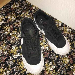 Säljer dessa Nike SB blazer zoom, lite små slitna här & där men annars är de i fint skick! Nypris ca 800🌹🔥
