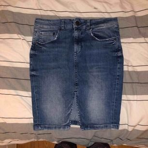 Snygg jeanskjol, når ungefär ner till halva låret
