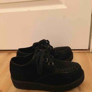 Säljer dessa svarta skor med lite platå, mycket fina men kommer tyvärr inte till användning🌹 märke depeche och storlek 39