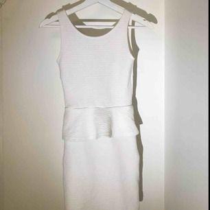 """Vit klänning från H&M. Stetchig. Sitter tajt men vid höfterna är en """"utvidgning"""" (se bild)"""