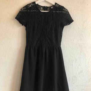 Söt svart klänning som gör sig jättefin med ett midjeskärp!✨