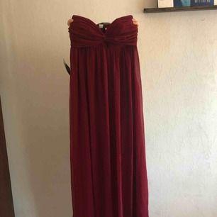 Jättefin ärmlös långklänning som passar som balklänning! Faller superfint! Aldrig använd✨