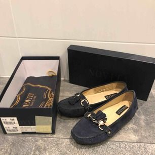 Säljer ett par loafers från Novita. Köptes 2016 till min konfirmation och används endast den gången, alltså i fint skick.     Nypris 899kr säljer ju för 350 kr