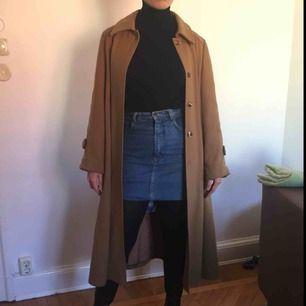 Fin lång brun kappa. Begagnat skick men sitter perfekt. Jag är 170 cm lång och brukar ha 36 eller 38 i storlek.