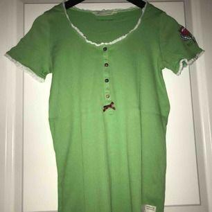 Klassisk, grön Odd Molly t-shirt i bra skick. Använd ett fåtal gånger. Jag möts upp i Stockholm eller så står köparen för frakten. Tar endast emot swish.