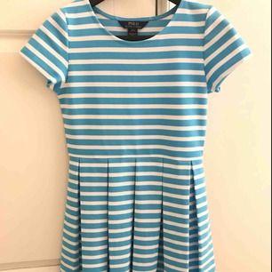 Söt, ljusblå/vit klänning från Ralph Lauren i bra skick. Använd ett fåtal gånger. Storleken är L (12-14 år). Jag möts upp i Stockholm eller så står köparen för frakten. Tar endast emot swish.