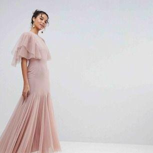 Säljer en klänning jag köpte på asos.com för ett år sedan. Köpte den för typ 1200-1300:-  Storlek 36 Lite öppen i ryggen☺️  Finns att prövas och hämtas i Växjö