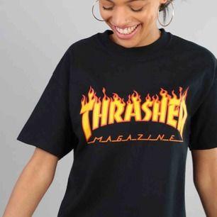 Thrasher T-shirt inköpt på zumiez i new york, säljs pga att jag har bytt stil. Storlek xs men passar även s! Väääldigt bra skick!! Pris är inklusive frakt!