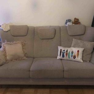 """Säljer min välskötta 3 sits soffa, modellen """"Bogart"""" inköp på Mio.  Unik, hög rygg, justerbara huvudkuddar.  Beige med ekben.   Inga skambud men kan gå ner något i pris vid snabb, smidig affär.  Finns i Vasastan, Stockholm."""