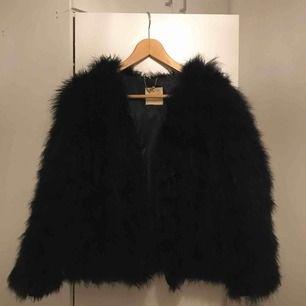 Säljer min super fina faux fur jacka från Pello Bello. Aldrig använd då den ej kommit till användning.
