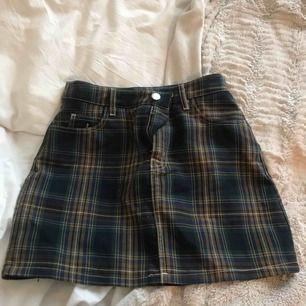 Helt oanvänd kort rutig kjol från Bershka, köpt i somras! Tyvärr impulsköp. Köpare står för eventuell frakt: 36kr
