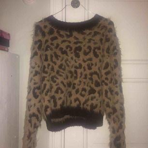 Säljer en super mysig stickad tröja från h&m som är som ny. Ganska stor så passar nog även S.