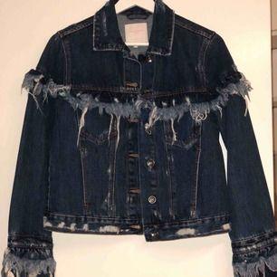Supersnygg fransig jeansjacka från Zara. Använd en gång, slutsåld. Storlek S