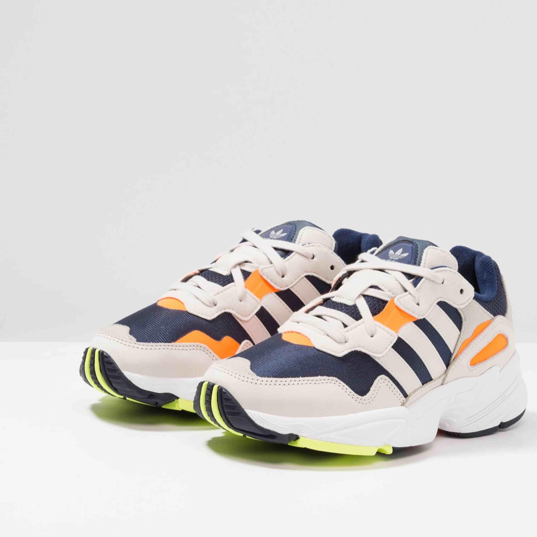 Adidas Originals Yung 96 i stl 40. Aldrig använda, kartong finns kvar. Nypris 999kr, säljs för 600kr. Köparen står för frakt.. Skor.