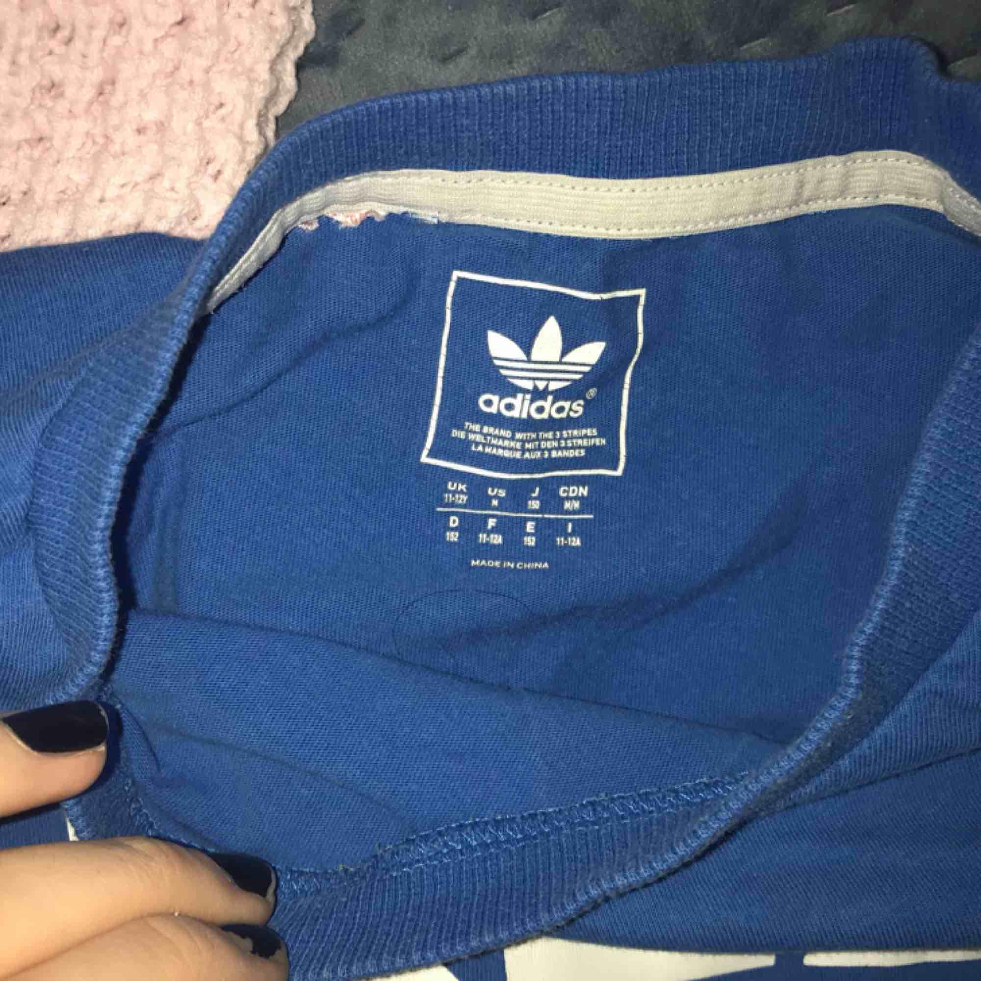 en adidastisha köpt från barnavdelningen men sitter som en XS-S. T-shirts.
