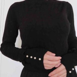 Svart polotröja från Zara, helt nyköpt och oanvänd. Säljes pga fel storlek, sitter jättebra och köptes för 400kr