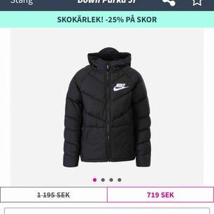"""Säljer min Nikejacka, endast testad men passade inte i storleken då jag är väldigt kort. Storlek XS, klippt bort """"flärpen"""" på luvan och sytt så det är numera en vanlig luva.  Tjock vinterjacka med stora fickor + innerfickor"""