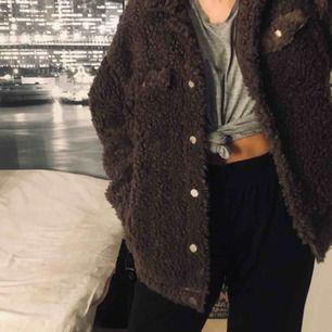 Oanvänd jacka köpt Dec 2018 från Nelly! Perfekt till våren!