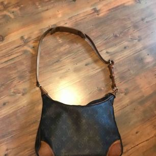 Jättefin vintage LV väska, funkar både som shoulder bag för män och handväska för damer. 30x18cm 2nd hand (aldrig använt själv)  100% äkta