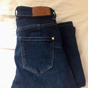 Mörkblå skinny-jeans med medelhög midja. Använda ett fåtal gånger, och i gott skick. Nypris: 499kr